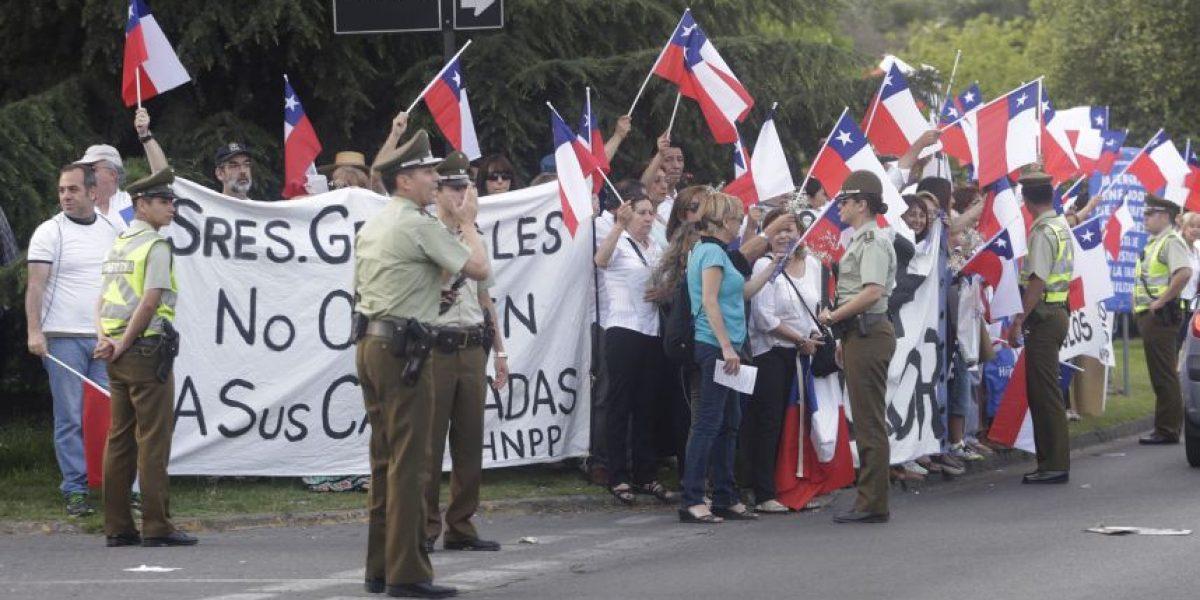 Familiares de internos en Punta Peuco protestaron en la Escuela Militar