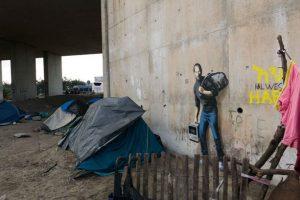 El campo de refugiados de la selva, Calais Foto:vía banksy.co.uk. Imagen Por: