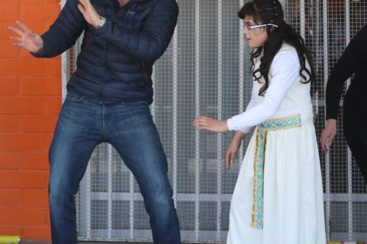 2014- Bailando con una niña de la Fundación Amigos de Jesús en Chile. Foto:Getty Images. Imagen Por: