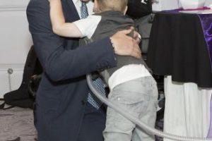 2014- El príncipe abraza a un niño con problemas pulmonares durante los premios los premios WellChild en Inglaterra. Foto:Getty Images. Imagen Por: