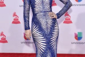 Jacqueline Bracamontes decepcionó en su primera entrada en los Grammy Latinos, pero luego se reivindicó (siendo la única estrella que se suele vestir bien para este tipo de eventos sin parecer reina de belleza de los 80). Foto:vía Getty Images. Imagen Por: