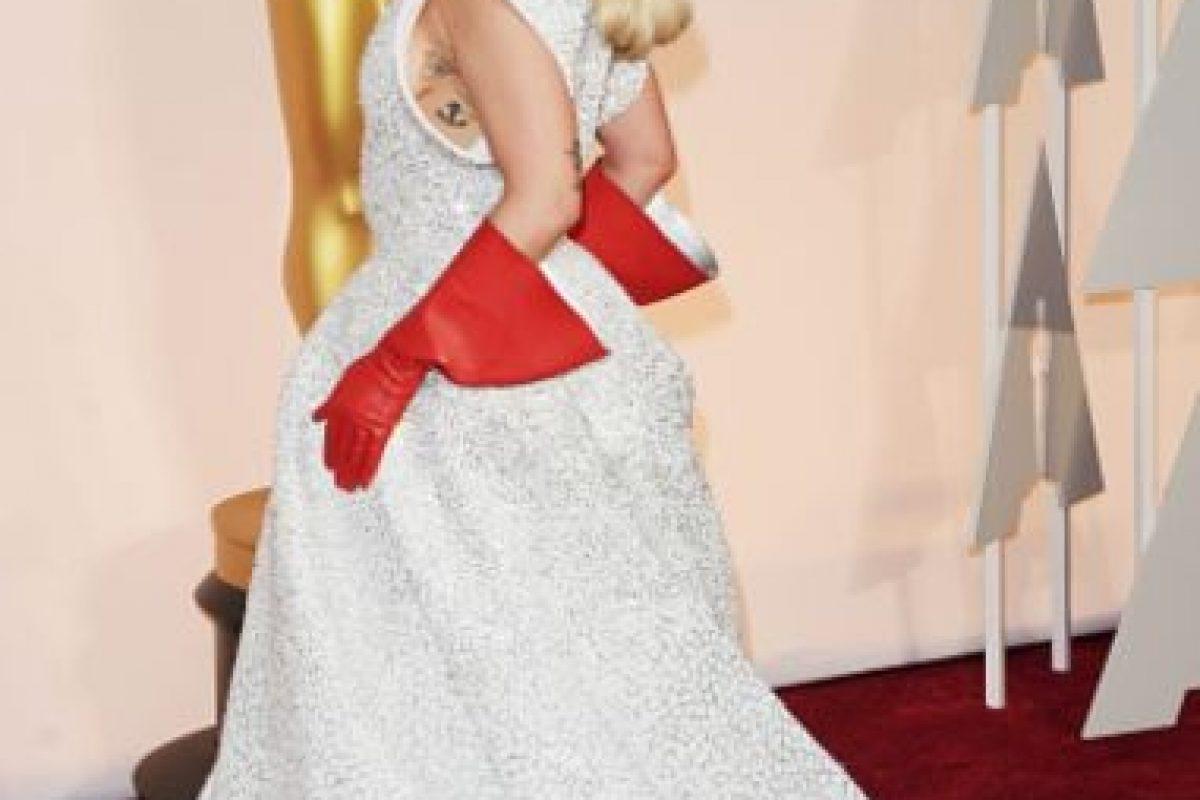 Los guantes de fregar de Lady Gaga fueron muy recordados en los Oscar. Foto:vía Getty Images. Imagen Por: