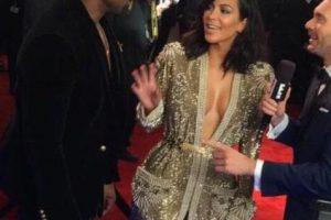 Kim Kardashian en los Grammy, con un vestido de Gaultier que parecía más la bata de un luchador de los años 70. Foto:vía Getty Images. Imagen Por: