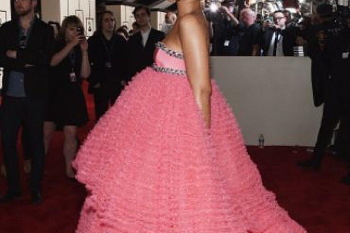 """Así como este enorme vestido """"quinceañero"""" de Giambattista Valli en los Grammy. Foto:vía Getty Images. Imagen Por:"""