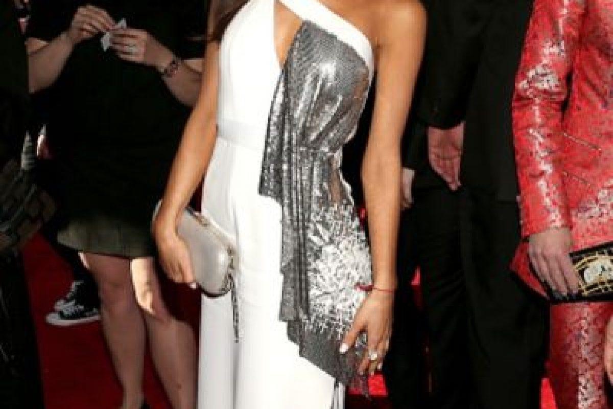Ariana Grande, con el pedazo de otra tela sobrante. Foto:vía Getty Images. Imagen Por: