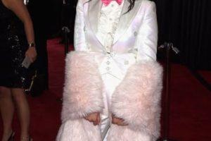 Charli XCX, como Hugh Heffner en los años 60. Foto:vía Getty Images. Imagen Por: