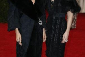 Las hermanas Olsen, como siempre, de negro (¿por qué no escogieron algo de su propia marca que es más sobrio y fino?). Foto:vía Getty Images. Imagen Por: