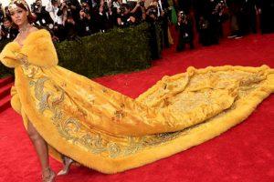 Aunque el vestido en sí fue una obra de arte (es de alta costura china), muchos vieron este vestido de Rihanna como un enorme omelette. Un omelette bordado a mano, suntuoso y que solo ella podría lucir. Foto:vía Getty Images. Imagen Por: