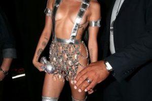 Miley Cyrus, como la princesa de una película espacial de los 80 serie B. Foto:vía Getty Images. Imagen Por: