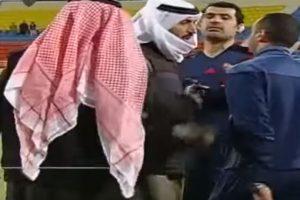 Por una expulsión, el dueño del Al Jahra, se metió a la cancha para reclamar la decisión arbitral. Foto:YouTube. Imagen Por: