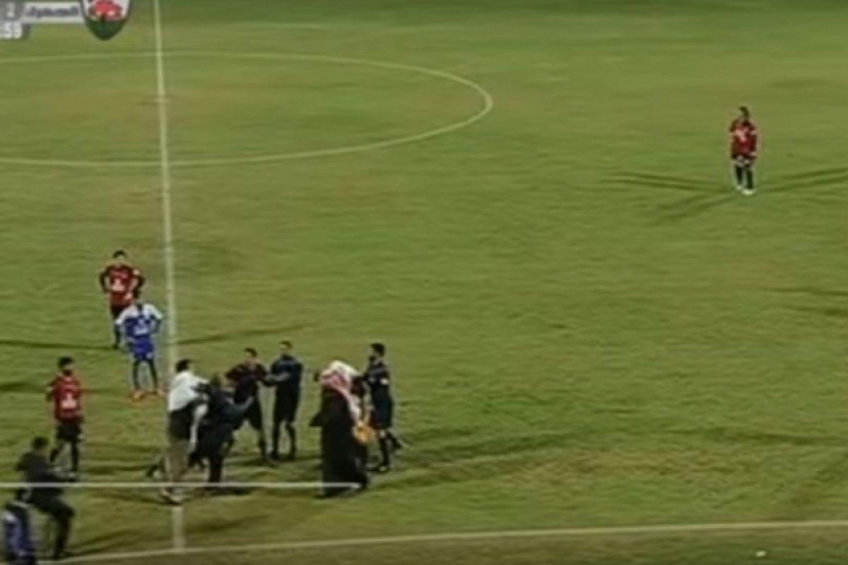 El jeque agredió al referí y se desató la locura en la cancha del Al Shabab Mubarak Alaiar Stadium. Foto:YouTube. Imagen Por: