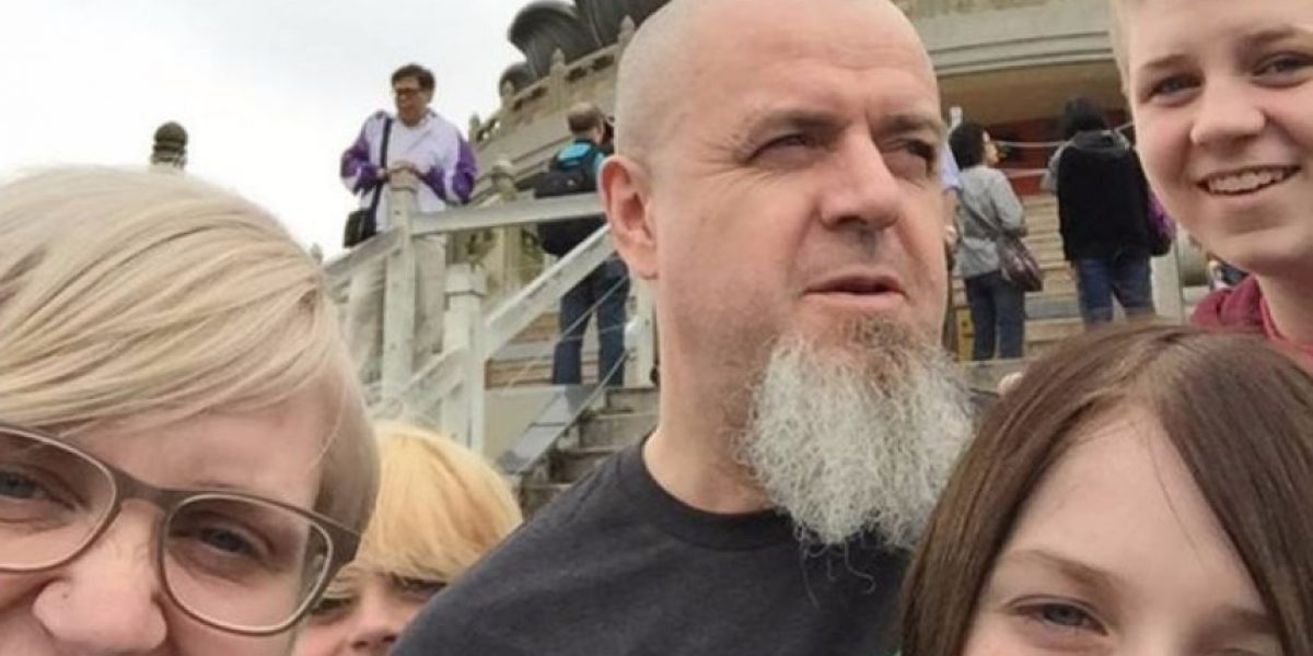 Hombre cambia tatuaje de su esposa para apoyar a su hijo transgénero