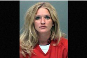 Carrie McCandless fue acusada de tener contacto sexual con una estudiante de 17 años de edad durante un campamento escolar Foto:Jefferson County Jail. Imagen Por: