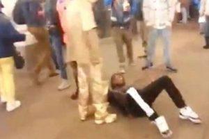 Sucedió en Times Square, en Nueva York, y lo único que recibió fue una patada en el rostro. Foto:Youtube/Jason King. Imagen Por: