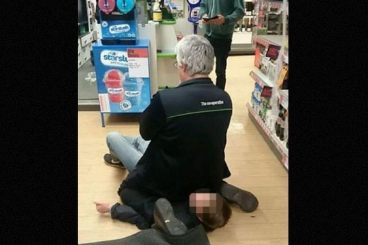 Este hombre detuvo a ladrón sentándose sobre él Foto:Facebook.com/Lets-help-Adrian-Weekes-keep-his-job. Imagen Por: