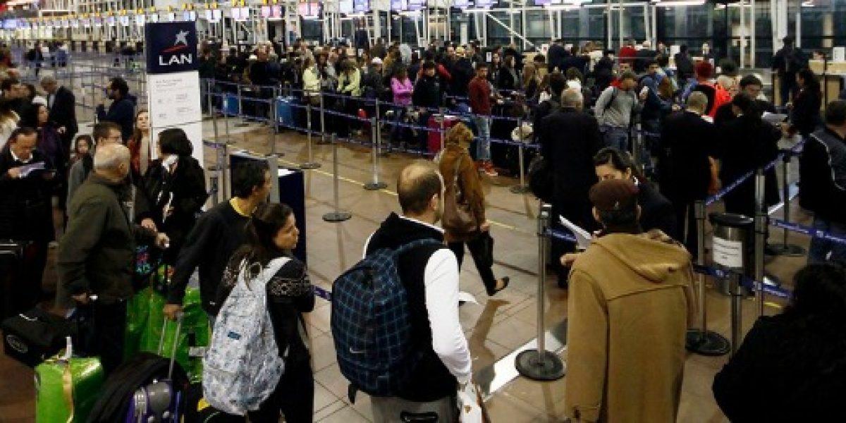 LAN cierra venta de pasajes por paro y permite cambio de vuelos sin multas