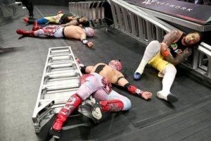 The Lucha Dragons tambien buscaban los cinturones Foto:WWE. Imagen Por: