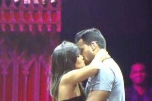 Y ha permitido que cientos de mujeres lo besen en la boca. Foto:vía youtube.com. Imagen Por: