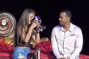 Primero compartieron una copa y más tarde se acurrucaron bajo las sábanas. Foto:vía youtube.com. Imagen Por: