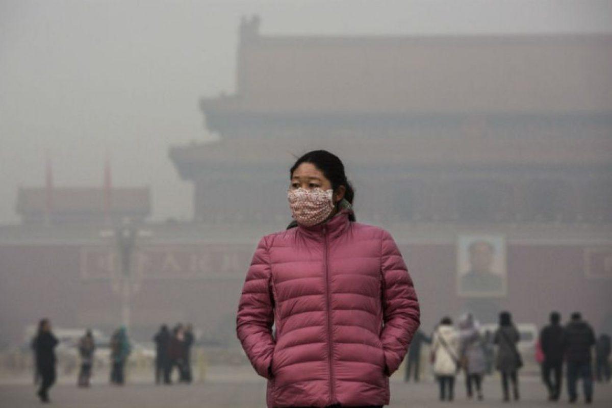 Para protegerse del esmog la gente usa cubrebocas. Foto:Getty Images. Imagen Por: