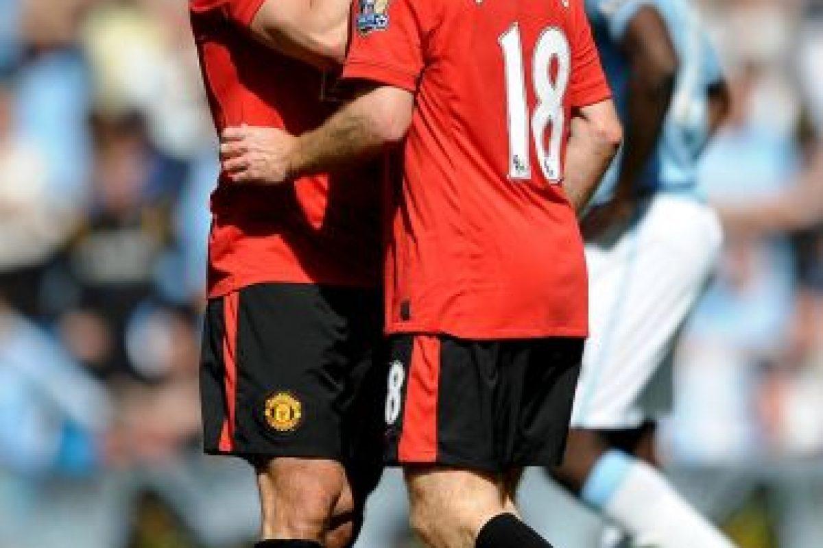 """5. Gary Neville y Paul Scholes: En 2010, Paul Scholes marcó al 93' el gol de la victoria para los """"Red Devils"""" en el Clásico de Manchester, además, recién había renovado con el United, por lo que celebró ambas cosas dándole un beso en la boca a Gary Neville. Foto:Getty Images. Imagen Por:"""