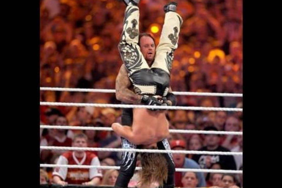 """Undertaker vs Shawn Michaels en Wrestlemania XXVI. Ambos gladiadores deleitaron con sus mejores llaves y movimientos en 24 minutos, hasta que el """"Fenómeno"""" venció al """"Chico rompecorazones"""", lo que significó su retiro Foto:WWE. Imagen Por:"""