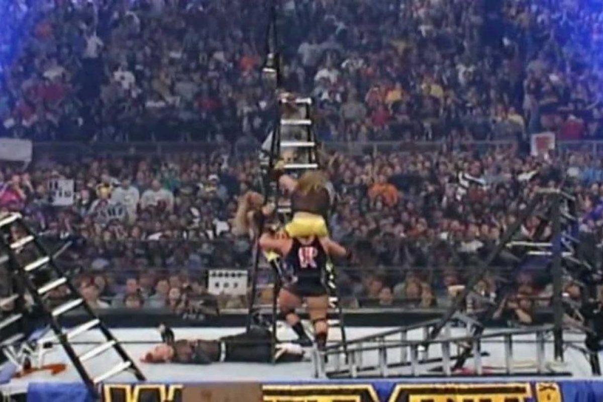 Las dos parejas dieron una cátedra de lucha extrema y aérea Foto:WWE. Imagen Por: