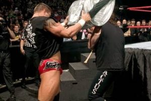 Randy Orton vs Mick Foley, en Backlash 2004 Foto: WWE. Imagen Por: