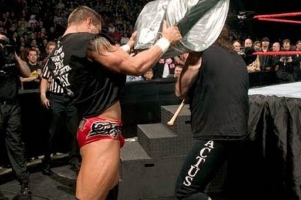 Randy Orton vs Mick Foley, en Backlash 2004 Foto:WWE. Imagen Por: