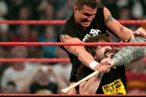 """Un joven """"Asesino de leyendas"""" se impuso a la """"Leyenda del hardcore"""" Foto:WWE. Imagen Por:"""