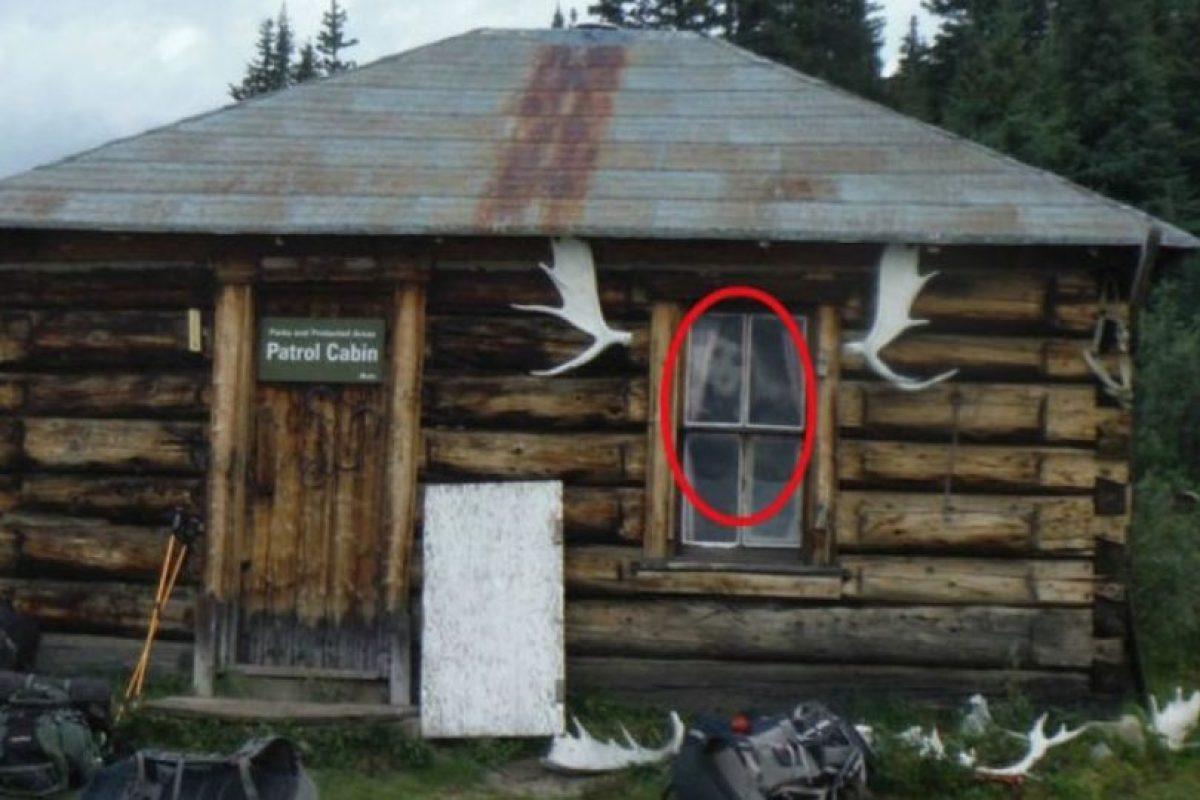 1. La figura extraña en la ventana Foto:Imgur. Imagen Por:
