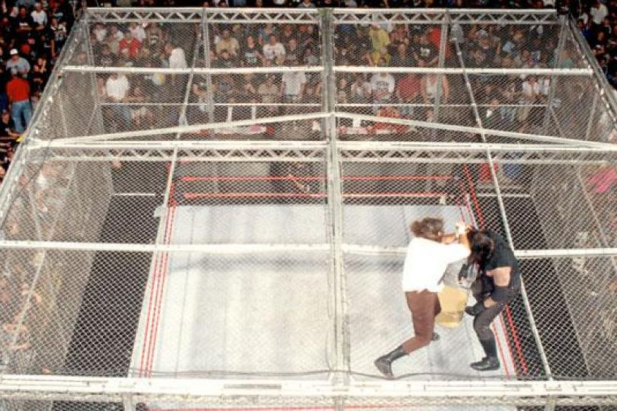 Otras espectaculares peleas de la WWE: Undertaker vs Mankind en The King of the ring de 1998. Imagen Por: