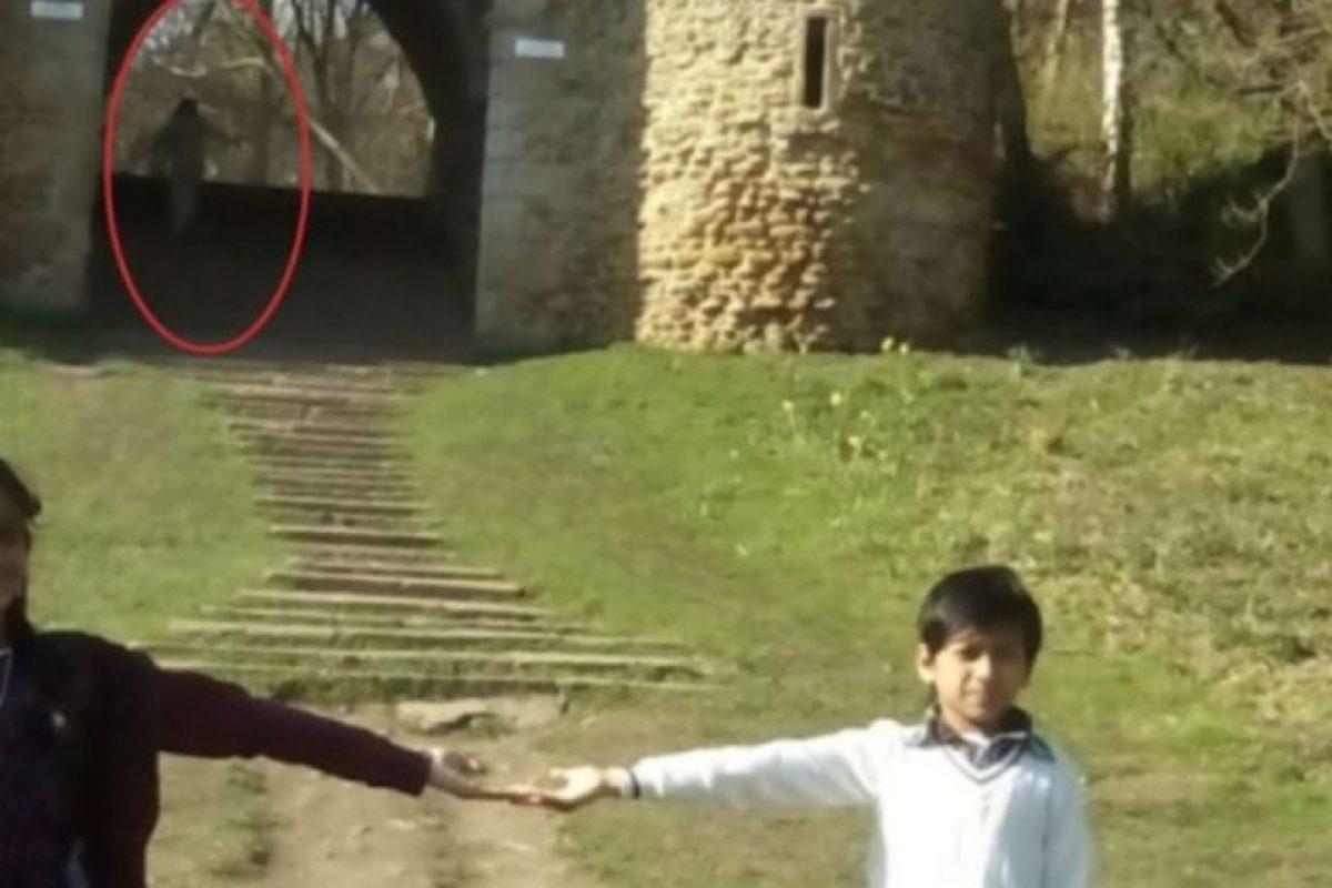 """En dicha fotografía aparecen dos pequeños, Mayrian Islam de 11 y Ryhan Kaliq de siete, frente a las ruinas. Al respecto, la tía de los pequeños, Nurul Islam, mencionó que ni siquiera desea ver nuevamente la foto, pues le parece """"espeluznante"""", compartió el diario británico """"Yorkshire Evening Post"""". Foto:Vía Yorkeshire. Imagen Por:"""