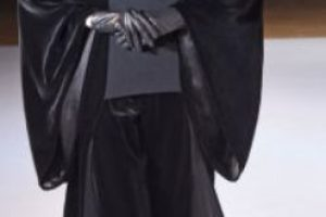 Yohji Yamomoto recreó el atuendo de Darth Vader con su sello característico: colores primarios, siluetas sobrepuestas y maximalistas. Foto:vía Getty Images. Imagen Por: