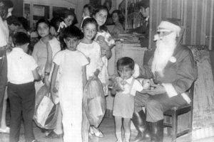 Viejito Pascuero repartiendo regalos en la comuna de Pudahuel en el año 1972. Foto:Fotos Históricas de Chile. Imagen Por: