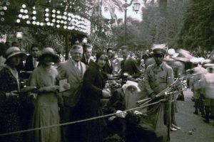 Celebración de Navidad en la Plaza de Armas de Santiago en 1930. Foto:Fotos Históricas de Chile. Imagen Por: