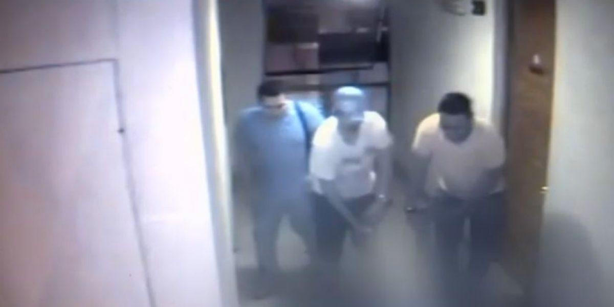 Asesinan a residente en Santiago y captan cómo buscan ocultar cuerpo en ascensor