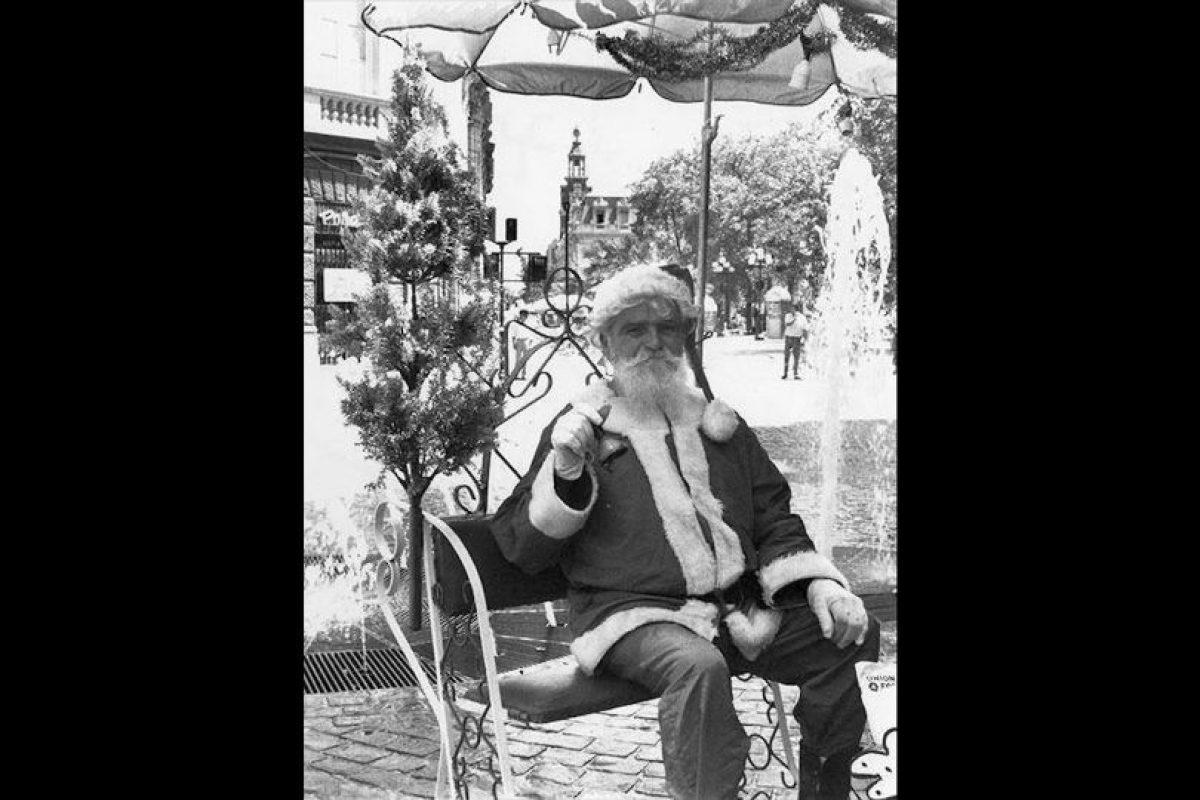 Viejo Pascuero en el Paseo Ahumada de Santiago, año 1989. Foto:Fotos Históricas de Chile. Imagen Por: