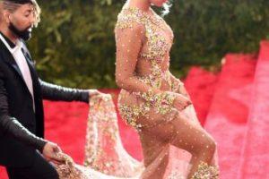 La cantante lució un vestido de transparencias en la MET GALA del Museo de Arte de Nueva York Foto:Getty Images. Imagen Por: