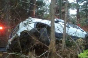 El auto se volcó y Michael Clary aseguró ver a un hombre joven cerca al auto. Foto:vía Facebook/Michael Clary. Imagen Por: