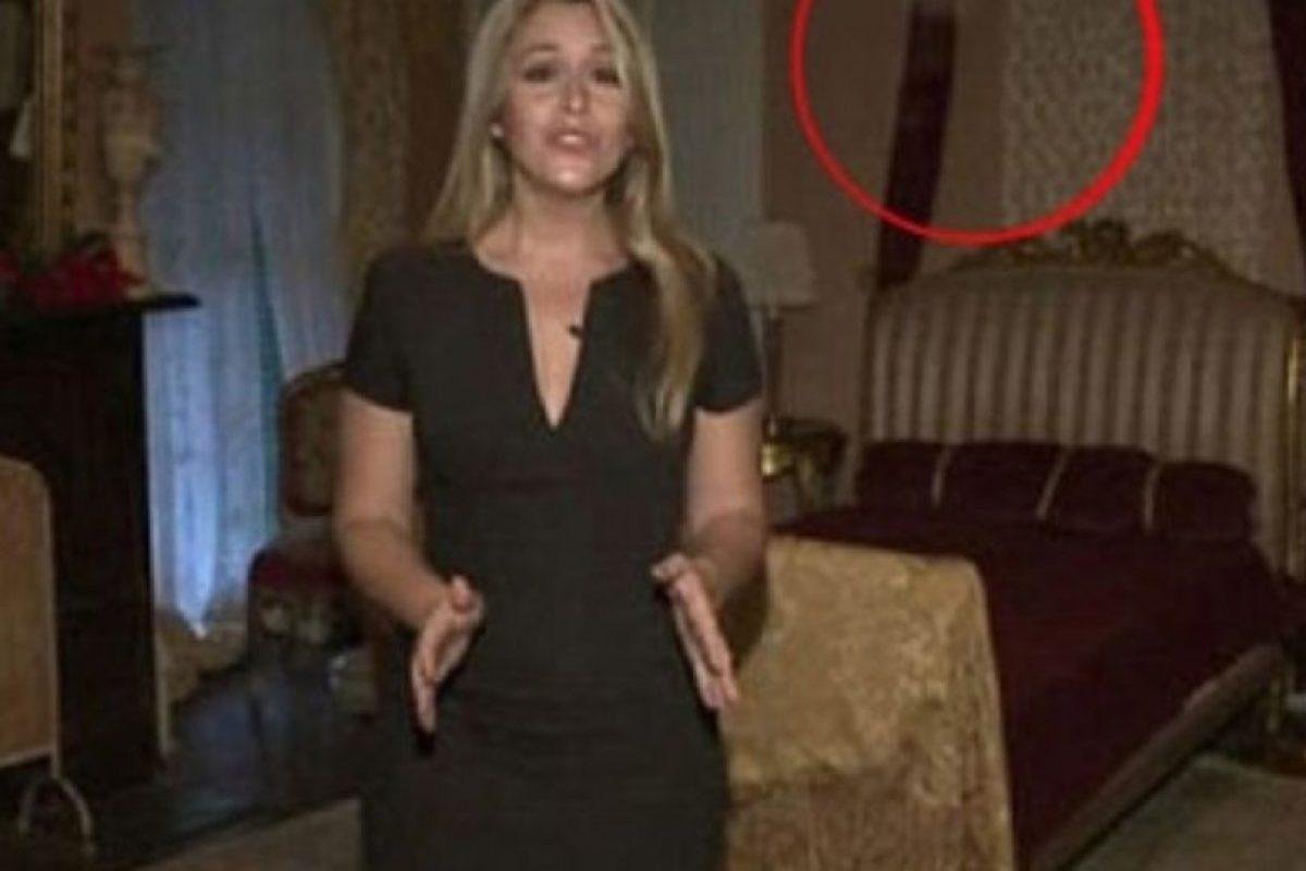 5. Mientras esta conductora grababa un video, entre las cortinas se observa una figura extraña. Foto:Imgur. Imagen Por: