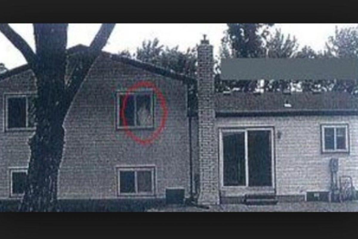 3. Esta foto se hizo viral debido a que en la ventana del segundo piso se observa una extraña figura. Según portales especializados en fantasmas, la foto no está editada. Foto:Vía Imgur. Imagen Por: