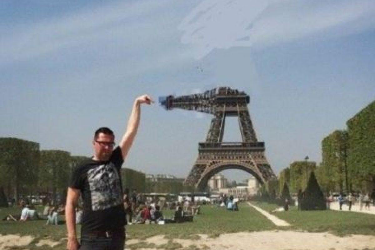 """El usuario de """"4chan"""", Yves Van De Ven, de 37 años, se encontraba en la capital francesa, por lo que decidió tomarse la típica foto """"tocando"""" la Torre Eiffel. Foto:Vía Imgur. Imagen Por:"""