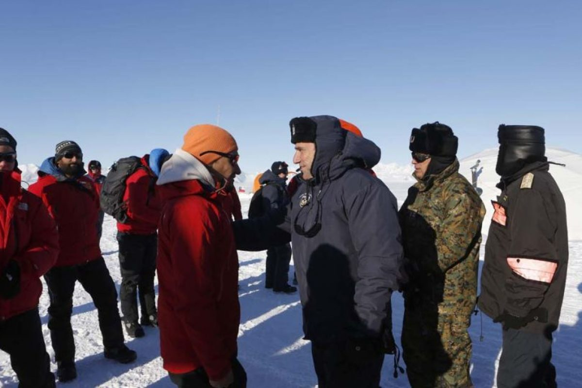 Jorge Gallardo coordinador científico del Instituto Antártico Chileno (Inach) en el Glaciar Unión junto al Ministro de Defensa, José Antonio Gómez Foto:Gentileza Ministerio de Defensa. Imagen Por: