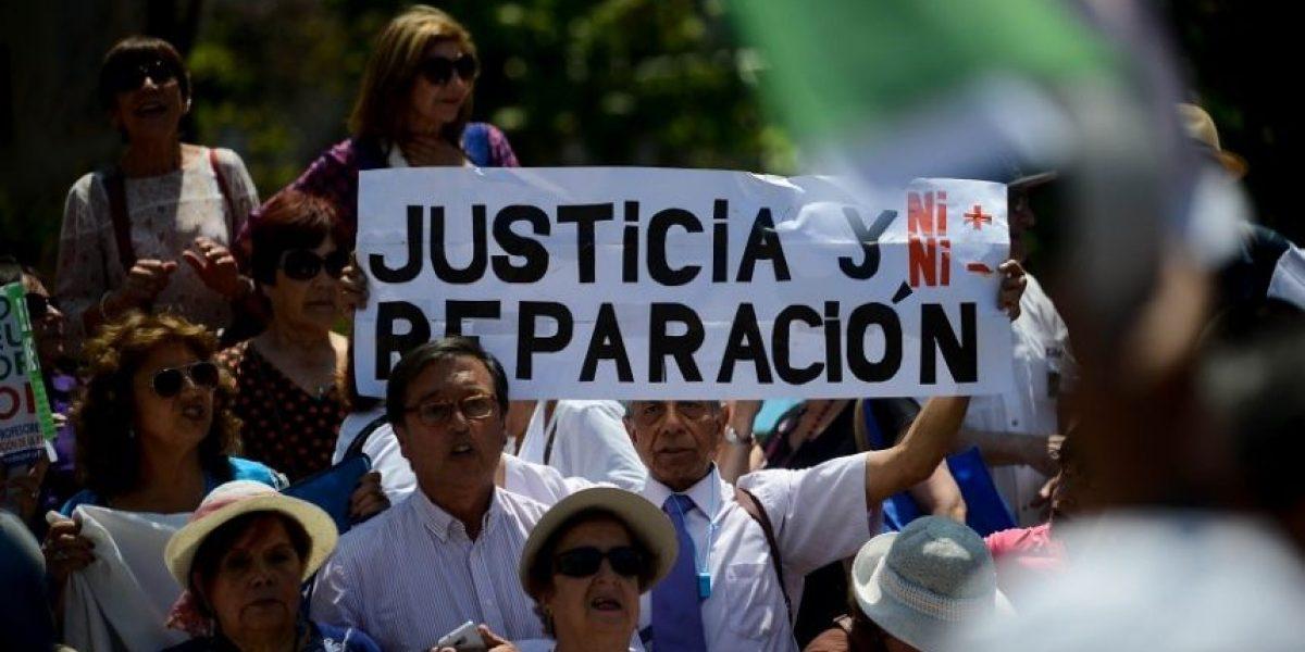 Profesores marcharon hasta La Moneda para exigir reparación de la deuda histórica