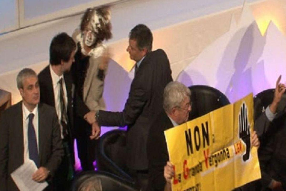 La presidenta navarra Yolanda Barcina recibió dos tartazos de miembros del movimiento Mugitu, contrarios al Tren de Alta Velocidad,cuando se encontraba en Toulouse participando en el 29º Consejo Plenario de la Comunidad de Trabajo de los Pirineos (CTP). Imagen Por: