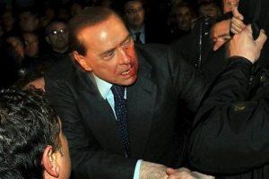 El entonces primer ministro italiano Silvio Berlusconi fue agredido en diciembre de 2009 en Milán con una estatuilla que representaba la catedral de esta ciudad. El ataque le causó una rotura en la nariz y en un diente. Foto:EFE. Imagen Por: