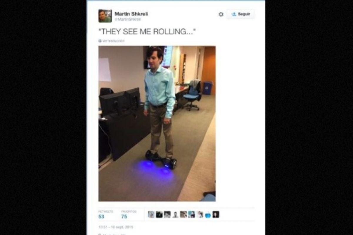 """""""Me ven rodando…"""", explica en esta fotografía, haciendo referencia a la frase """"Me ven rodando, me están odiando"""". Foto:Twitter.com – Archivo. Imagen Por:"""