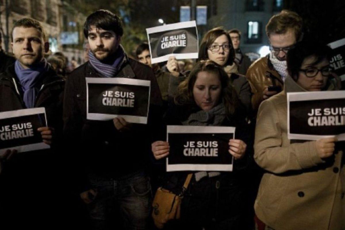 """El 7 de enero de 2015, dos hombres armados mataron a 12 personas e hirieron a 11 más en las oficinas de la revista satírica """"Charlie Hebdo"""" en París. Este ataque, y otras cuatro acciones terroristas ocurridas en espacio de tres días, hicieron que millones de personas se sumaran a marchas de unidad nacional en París y en el resto de Francia. Foto:Getty Images. Imagen Por:"""