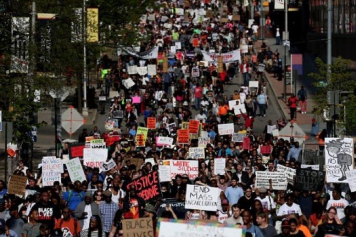 """La muerte de Freddie Gray, de 25 años, tras sufrir lesiones mientras se encontraba bajo la custodia de la policía en abril, dio lugar a dos semanas de protestas en el centro de Baltimore. El incidente volvió a encender el debate de la vigilancia policial y se convirtió en un tema más de enfoque del movimiento """"Black Lives Matter"""". Foto:Getty Images. Imagen Por:"""